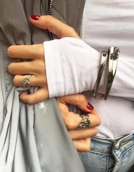 清一色银色配饰,搭配灰白蓝色衣物也能很时髦。