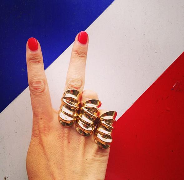 设计复杂的戒指以大色块为背景自拍
