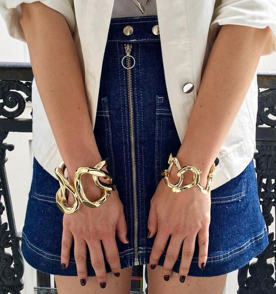夸张的链条手镯是Annelise Michelson最受欢迎的产品,左右手一起佩戴也不会过于夸张。