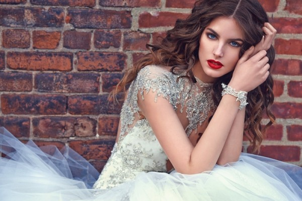 无论是蓬蓬裙还是窄身婚纱,都很适合钻石元素。
