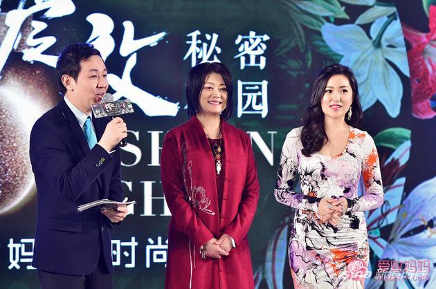 主持人李湘麓与两位明星辣妈何静(中)、郑凡(右)互动