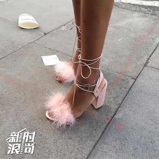 鞋身带毛款式高跟鞋