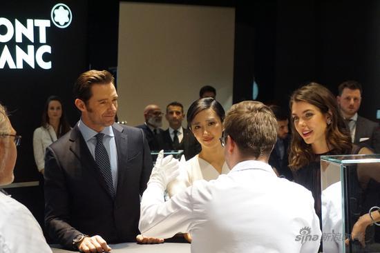 桂纶镁、休杰克曼在万宝龙展厅看最新的万宝龙腕表