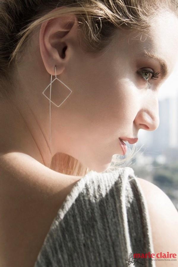细长的耳饰上多添加一个自己喜欢的简洁造型