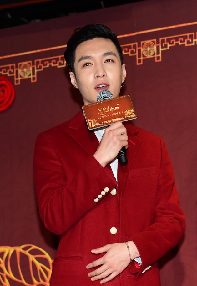 """张艺兴变身红衣伯爵 这才是""""春节红""""的时髦穿法"""