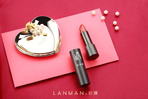 lanman烂熳专门邀请知名设计师sanly,结合烂熳口红哑光质地金属管