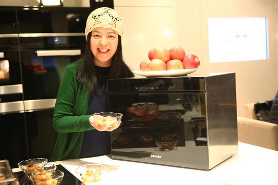 细毛 演示用Miele蒸炉烹制营养丰富的甜点