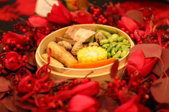 """用传统美食和喜庆鲜花打造的""""五谷丰登""""充满年味"""