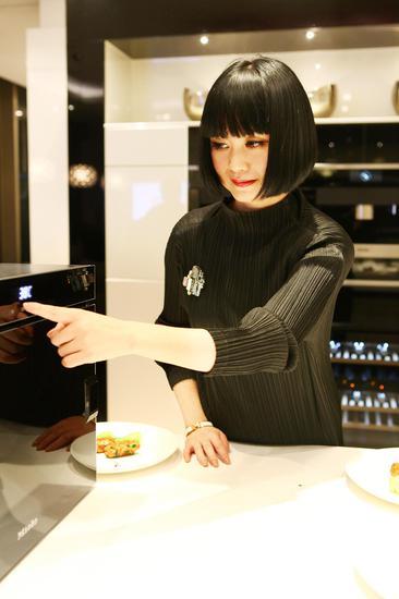 曾焱冰操作Miele蒸炉为大家烹制美食