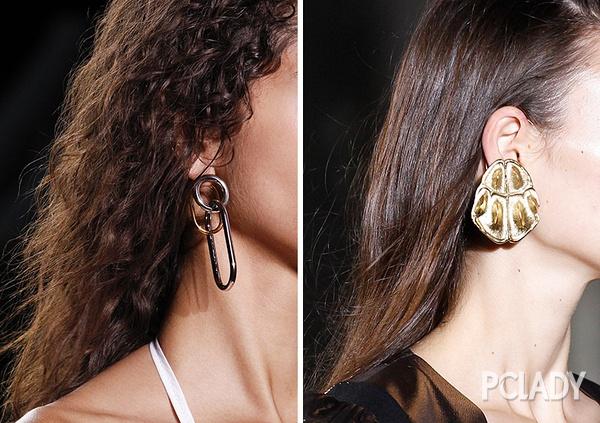 选择将两款不同的耳环一起佩戴,打造出不平衡的个性美感。