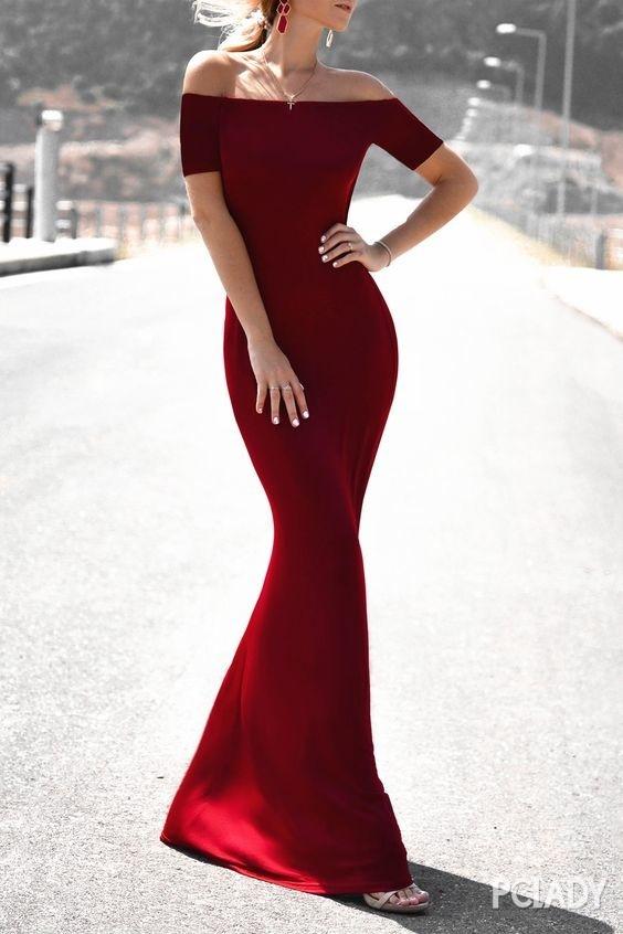 红色耳环与一字肩红色长裙相互呼应