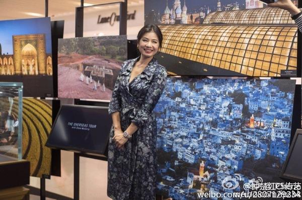 红出席江诗丹顿纵横四海之旅的展览,笑靥如花,优雅大气。