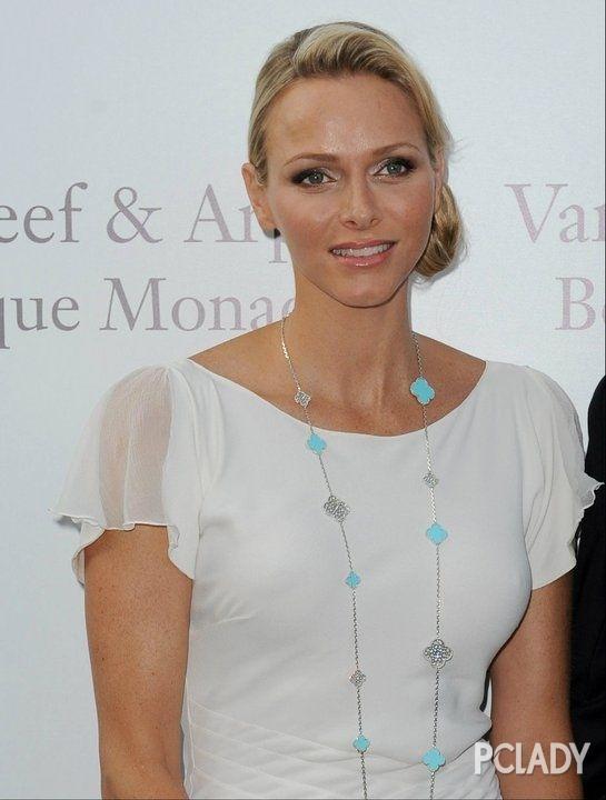 摩纳哥王妃佩戴Alhambra四叶草系列项链