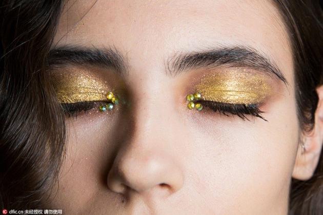 金属色眼影