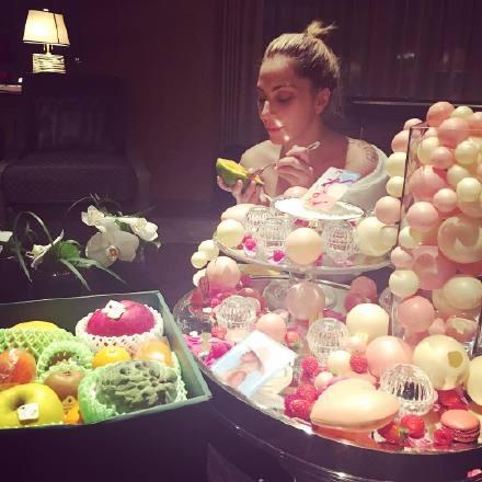 半夜挖水果吃的Gaga