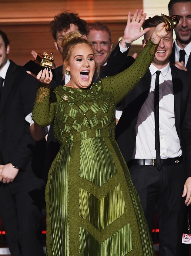 Adele將獎杯掰開要跟碧昂斯分享