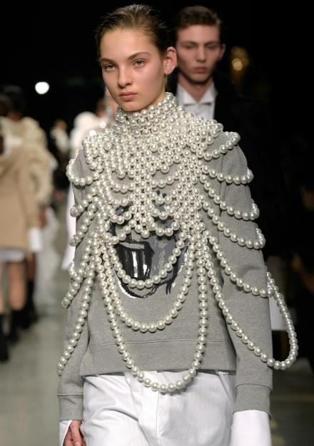 该去和奶奶抢戴珍珠了