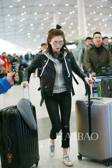《花儿与少年》第三季加盟嘉宾江疏影现身北京机场