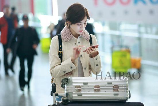《花儿与少年》第三季嘉宾古力娜扎现身北京机场