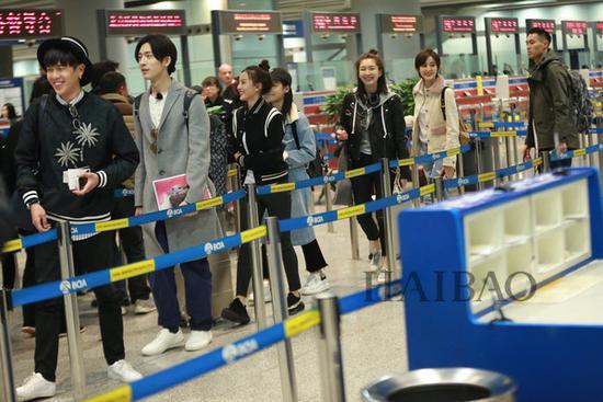 《花儿与少年》第三季嘉宾现身北京机场