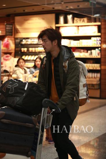 《花儿与少年》第三季嘉宾陈柏霖现身机场