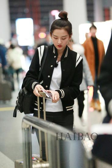 《花儿与少年》第三季嘉宾宋祖儿现身北京机场