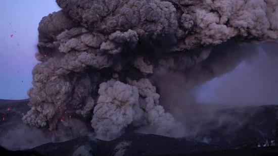 艾雅法拉火山喷发出大量岩浆和火山灰云团
