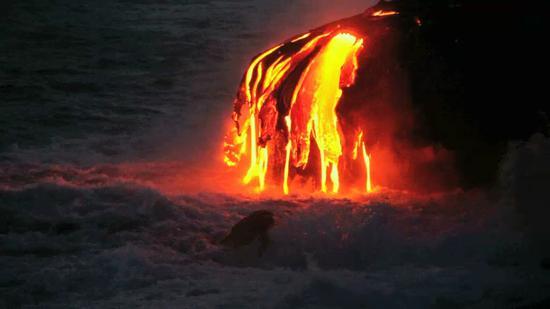 海浪冲击着基拉韦厄火山流出的熔岩