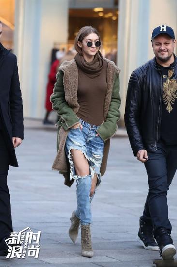 Gigi穿破洞牛仔裤