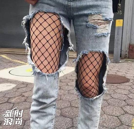 破洞牛仔裤搭配渔网袜