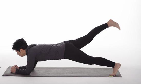 花样撑锻炼腹部两侧更多肌肉