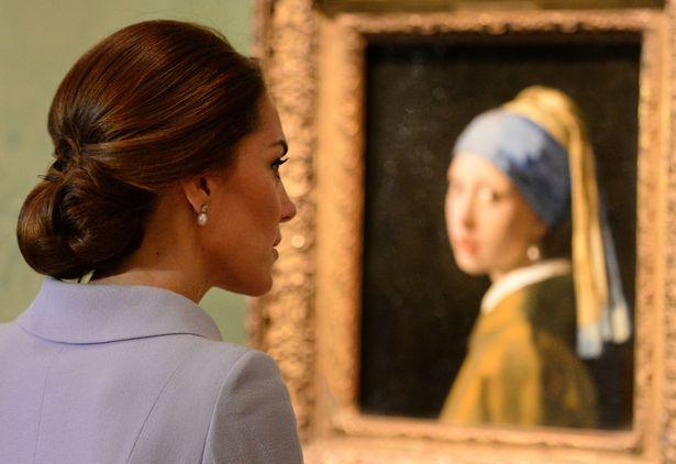 凯特在参观名画《戴珍珠耳环的少女》时佩戴珍珠耳坠。
