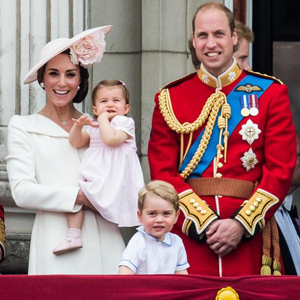 2016年参加阅兵时凯特佩戴了这件Balenciaga珍珠