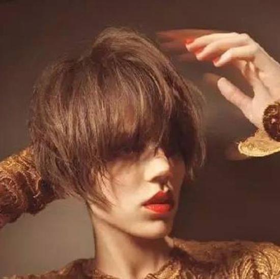 不会自己做造型 剪不剪短发都一样吃藕