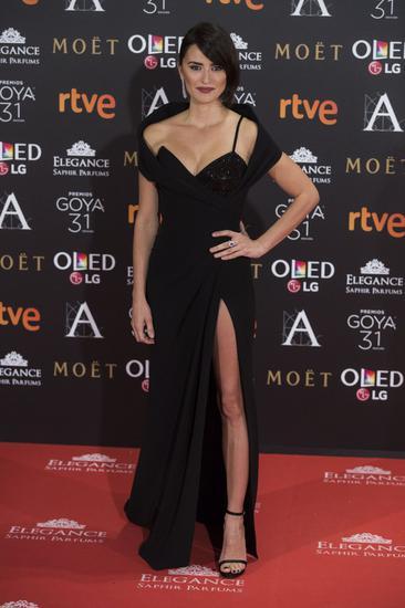 剧中颇受瞩目的Donatella Versace选角终于敲定:西班牙演员Penélope Cruz将饰演
