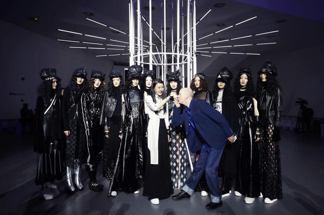 伦敦时装周总导演约翰-沃尔福特先生祝贺大秀成功并献上吻