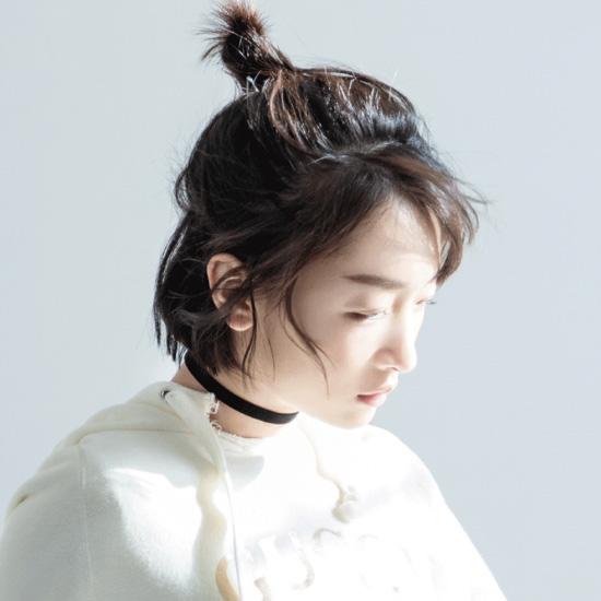 半丸子+ chocker变身时髦少女(图片来源:周冬雨工作室新浪微博)