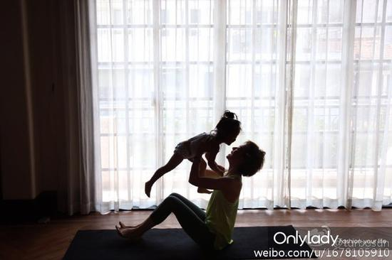 孙俪晒出与儿子等等、女儿小花妹妹一起练瑜伽的照片