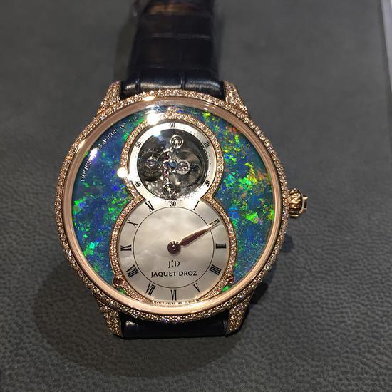 大秒针腕表系列,表盘采用欧泊石为主要材质,镶嵌上钻石,属于大秒针家族的矿石系列,售价人民币一百万起。