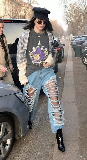 肯豆的夸张破洞牛仔裤