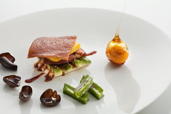 菜品的摆盘和食材搭配都很有谭主厨的个人风格 图片来源:上海新天地朗廷酒店