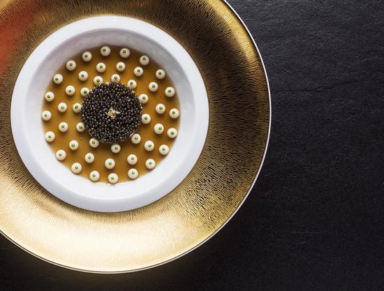 经典蟹肉鱼子酱塔佐龙虾冻和椰菜泥 图片来源:L'ATELIER de Jo?l Robuchon