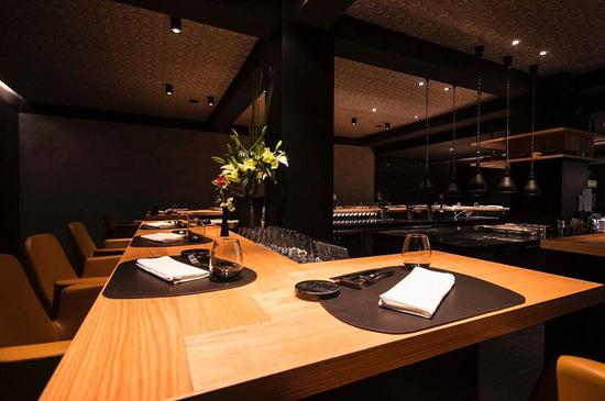 U型的吧台座位,正对开放式厨房,可看厨师做菜的过程 图片来源:米其林指南APP