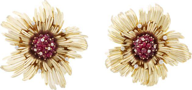 花朵胸针,黄K金、红宝石及钻石,1941-1942年,Van Cleef & Arpels梵克雅宝典藏系列。