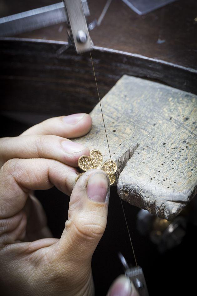 对焊接于镶座背面的指环进行巩固加工,以固定链饰