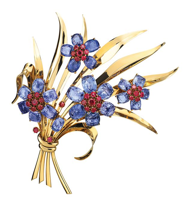 花束胸针,黄K金、蓝宝石及红宝石,1940年,Van Cleef & Arpels梵克雅宝典藏系列,Patrick Gries ? Van Cleef & Arpels。