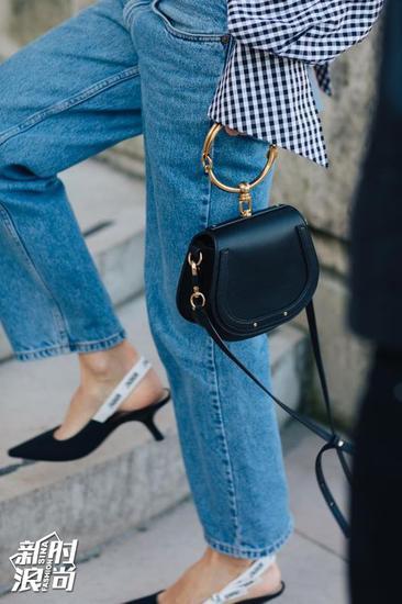 Dior的爆款猫跟鞋搭配牛仔裤复古风十足