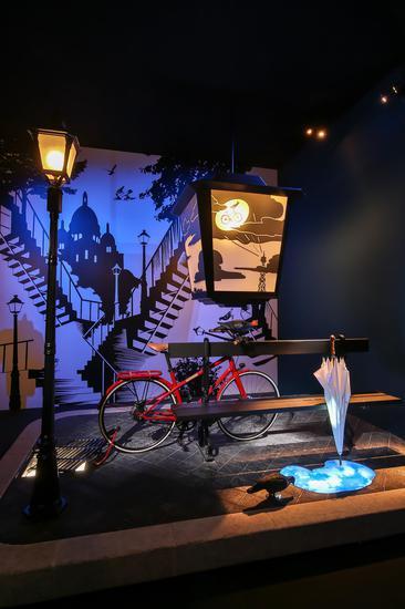 天气是漫步不可或缺的调味剂,爱马仕Le Flaneur d'Hermès系列自行车斜靠在雨后的街角