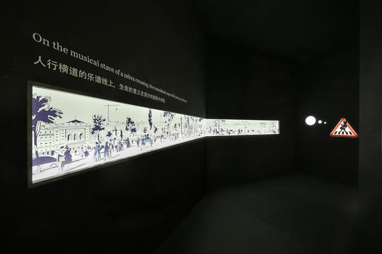漫步经过与众不同的十字路口,墙上的长幅图画出自爱马仕2015春夏系列丝巾