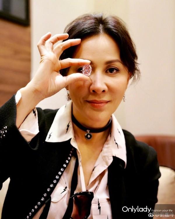 这颗粉钻在刘嘉玲的手里